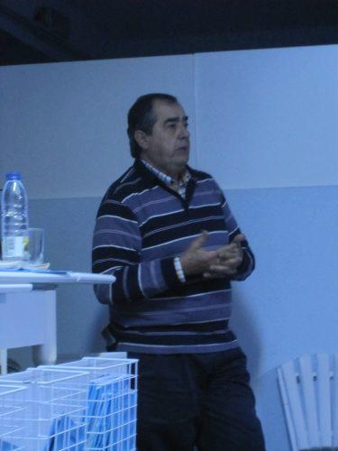 Victor Féria, presidente da F.E.P., apresentando o palestrante.